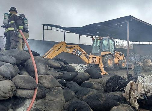 Incendio afectó a empresa de reciclaje y provocó accidente en Alto Hospicio