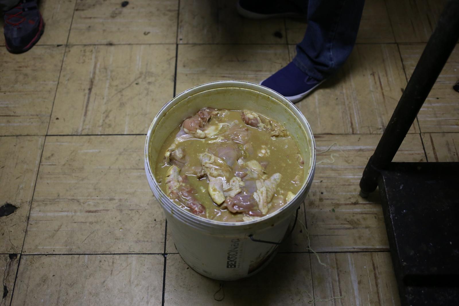 Ahora decomisan alimentos en mal estado en sector de Plaza Arica: Brochetas de pollo y carne, papas fritas, verduras y frutas