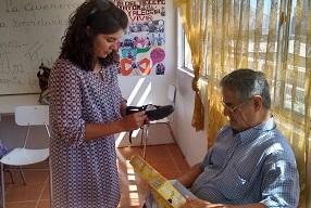 Entregan sandalias para adultos mayores de viviendas tuteladas