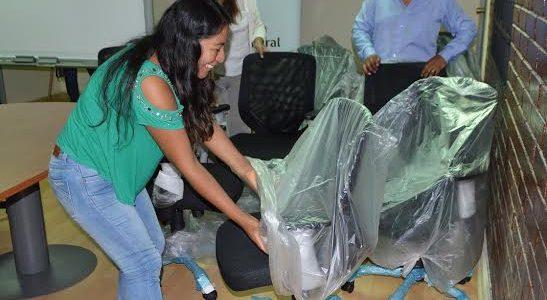 Dotan de sillas ergonómicas a funcionarios de Indap, para prevenir riesgos de salud y afecciones posturales a la columna