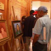 Usuarios del COSAM «Salvador Allende» exponen pinturas, textiles y artesanías, confeccionadas por los propios usuarios.
