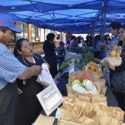 Mercado campesino destaca en feria de la Semana de la PYME en Plaza Prat