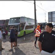 Buses, camiones y vehículos particulares permanecen detenidos en Huara, sin poder desplazarse hacia Arica