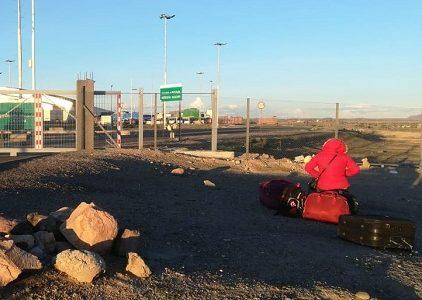 Frontera boliviana cierra el paso a unos 200 de sus conciudadanos que intentaban retornar a su país. Carabineros escoltó 3 buses y un sprinter de regreso a Huara